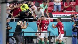 Các cầu thủ Hungary ăn mừng bàn mở tỷ số