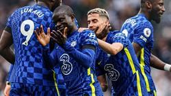 Jorginho ăn mừng cùng Kante