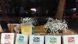 Trao tặng bộ sách 20 tựa cho gia đình nhà văn Sơn Nam