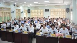 Các đại biểu dự hội nghị biểu quyết thông qua danh sách những người đủ tiêu chuẩn ứng cử