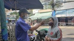 Từ 6 giờ sáng 9-5, Ban quản lý chợ Đống Đa bố trí 3 cổng vào chợ với đầy đủ lực lượng bảo vệ, triển khai yêu cầu người dân trình phiếu đi chợ, sát khuẩn và đeo khẩu trang trước khi vào