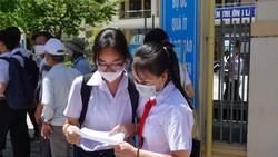 Các thí sinh thảo luận sau khi kết thúc môn thi đầu tiên