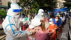 Trung tâm y tế quận Sơn Trà tiến hành lấy mẫu xét nghiệm SARS-CoV-2 trên địa bàn phường Nại Hiên Đông ngày 28-7