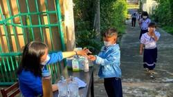 Học sinh Trường Tiểu học Hòa Bắc (xã Hòa Bắc, huyện Hòa Vang, TP Đà Nẵng) được hướng dẫn sát khuẩn tay trước khi vào lớp