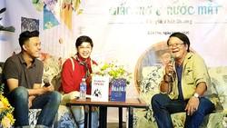 Tác giả trẻ Phát Dương (ngồi giữa) trong một buổi ra mắt sách