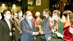 Cán bộ Đại sứ quán Việt Nam tại Hoa Kỳ và Phái đoàn thường trực Việt Nam tại Liên hiệp quốc đón Chủ tịch nước Nguyễn Xuân Phúc. Ảnh: TTXVN