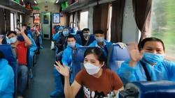 Hành khách chào tạm biệt thành phố thân yêu trước khi tàu rời ga Sài Gòn
