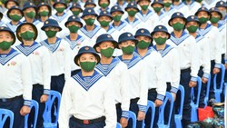 Các tân binh trước giờ nhập ngũ. Ảnh: VIỆT DŨNG