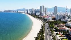 Bãi biển dọc đường Trần Phú, TP Nha Trang - một trong những điểm thu hút du khách khi đến thành phố biển. Ảnh: QUỲNH ANH