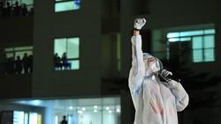 Cẩm Vân, Phương Thanh, Tóc Tiên… mặc đồ bảo hộ, hát ở bệnh viện dã chiến