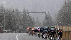 Các tay đua thi đấu trong cơn mưa tuyết