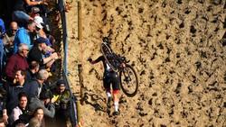 Denise Betsema vác xe vượt đồi cát