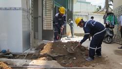 Nhân viên nhà máy nước thi công đường ống
