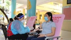 Người lao động tham gia hiến máu ngày 24-10