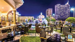 Rooftop Garden Bar - tầng 5 khách sạn Rex Sài Gòn.