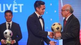 Head of the Propaganda and Training Board Mr. Phan Nguyen Nhu Khue hands over golden ball to Nguyen Van Quyet