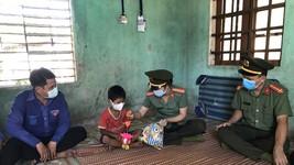 Thanh niên Công an tỉnh Quảng Ngãi tặng quà trung thu cho trẻ em vùng cao