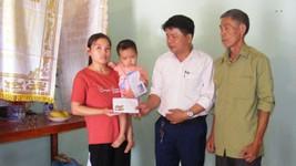 Chủ tịch UBND xã Nga Phượng Ngô Đăng Khoa trao tiền của bạn đọc Báo SGGP cho mẹ con chị Hoàng Thị Oanh