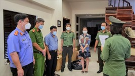 The Investigation and Security Agency under the Da Nang City Public Security Department is reading the decision to prosecute Van Thi Thuy Tien