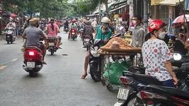 Chợ tự phát lấn chiếm lòng đường trên đường Phạm Văn Bạch (phường 12, quận Gò Vấp, TPHCM). Ảnh: ĐỨC TRUNG