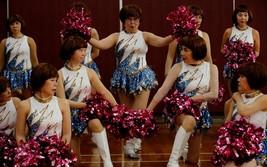 """""""日本彩球""""啦啦隊,成員平均年齡超過70歲。(圖源:路透社)"""