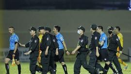 Lực lượng CSCĐ phải vào sân bảo vệ tổ trọng tài từ những phản ứng của cầu thủ CLB TPHCM. Ảnh: THANH ĐÌNH