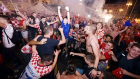 Cổ động viên Croatia ăn mừng chiến thắng. Ảnh: The Guardian