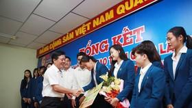 Ông Ngô Văn Đông - TGĐ Cty CPPB Bình Điền trao tặng phần thưởng cho Ngọc Hoa và đội bóng VTV Bình Điền Long An. Ảnh: DŨNG PHƯƠNG