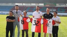 Đai diện đội bóng Hà Lan trao tặng áo thi đấu của CLB cho bầu Đức và trưởng đoàn Tấn Anh. Ảnh: MINH TRẦN