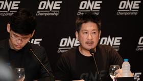 Ông Chatri Sityodtong (phải, Chủ tịch giải đấu ONE Championship) giới thiệu về sự kiện sắp diễn ra tại TPHCM.