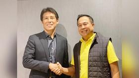 HLV Nishino (trái) rốt cuộc đã trở thành HLV đội tuyển Thái Lan.