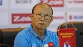 Sự âu lo ngoài ý muốn của ông Park một ngày trước khi sang Thái Lan. Ảnh: Ngọc Hải