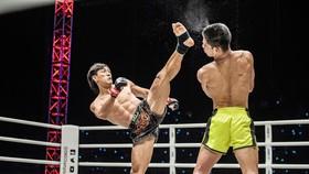 Pha ra đòn chính xác của Nguyễn Trần Duy Nhất (Việt Nam) trước đối thủ Azwan Che Wil (Malaysia).