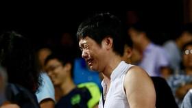 Một CĐV nữ hoảng loạn sau khi chứng kiến sự cố pháo sáng trên sân Hàng Đẫy tối 11-9. Ảnh: MINH HOÀNG