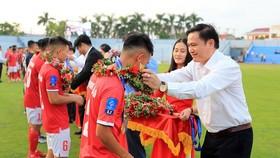 Chủ tịch HĐQT Công ty VPF trao Huy chương vàng cho đội Hà Tĩnh. Ảnh Anh Trần