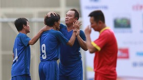 Hoàng Bửu và Văn Lợi chúc mừng Ngọc Thah sau khi ghi bàn cho cựu cầu thủ Cảng Sài Gòn. Ảnh: DŨNG PHƯƠNG