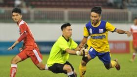 Đồng Tháp (áo vàng) rộng cửa vào bán kết sau chiến thắng 2-0 trước HA.GL. Ảnh: Nguyễn Nhân