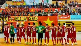 Đội tuyển futsal Việt Nam đến chào các CĐV sau trân đấu. Ảnh: Dũng Phương