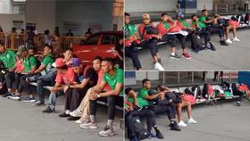 Các cầu thủ Timor Leste vạ vật ngoài sân bay chờ xe đón.