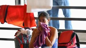 Phương Anh thẫn thờ và bị sốc sau khi BTC môn bơi công bố cô bị phạm quy. Ảnh: DŨNG PHƯƠNG