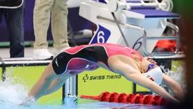 Kình ngư Nguyễn Thị Ánh Viên Xuất phát ở đợt bơi chung kết 100m ngửa nữ. Ảnh: DŨNG PHƯƠNG