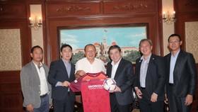 Chủ tịch UBND TPHCM Nguyễn Thành Phong nhận món quà lưu niệm là áo thi đấu và trái bóng từ HLV Park Hang-seo. Ảnh: DŨNG PHƯƠNG