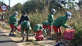 Các cầu thủ HAGL chung tay dọn dẹp rác vì môi trường. Ảnh: ANH TIẾN