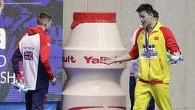 Sun Yang (phải) nhiều lần bị các đồng nghiệp từ chối đứng chung trên bục nhận huy chương.