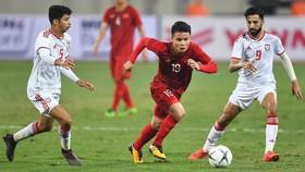 Luật mới của FIFA sẽ giúp Quang Hải (giữa) và đội tuyển Việt Nam thuận lợi hơn.