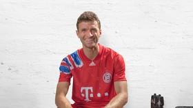 Thomas Mueller tươi cười trong mẫu áo đấu mới của Bayern Munich.