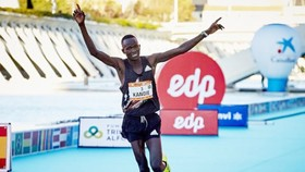 Kibiwott Kandie phá KLTG ở nội dung bán Marathon.