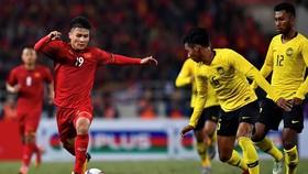 Malaysia (phải) xin dời lịch thi đấu vòng loại đến tháng 6, trong đó có trận tiếp đón Đội tuyển Việt Nam.