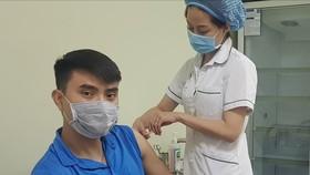 Tuyển thủ Vũ Thành Anh được tiêm vaccine Covid-19. Ảnh: Tổng cục TDTT