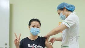 Tuyển thủ cầu lông Nguyễn Thùy Linh được tiêm mũi vaccine với mũi thứ 2 trong ngày. Ảnh: Liên đoàn cầu lông Việt Nam